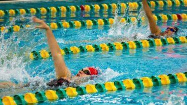 背泳ぎのやり方は?コツや失格の条件などについて紹介!